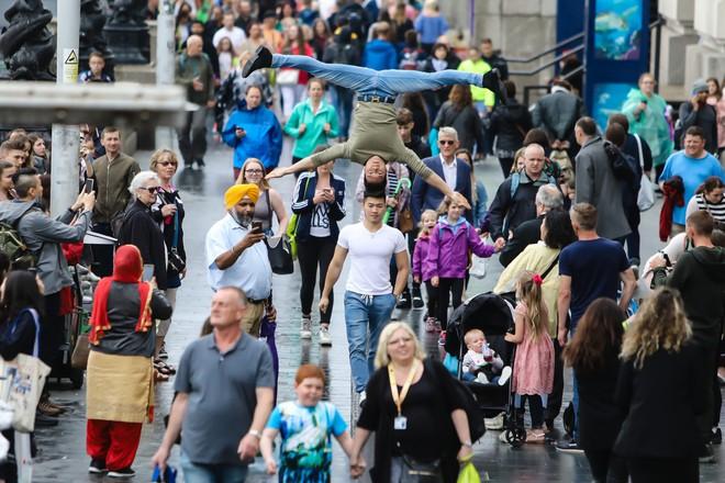 Khán giả Anh trầm trồ thích thú khi Quốc Cơ - Quốc Nghiệp diễn xiếc ngay giữa đường phố - Ảnh 3.