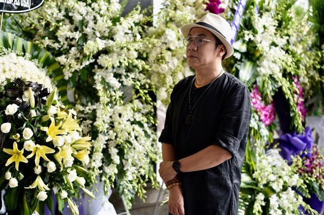 Vợ nghệ sĩ Thanh Hoàng ôm di ảnh chồng khóc ngất trong tang lễ - Ảnh 1.