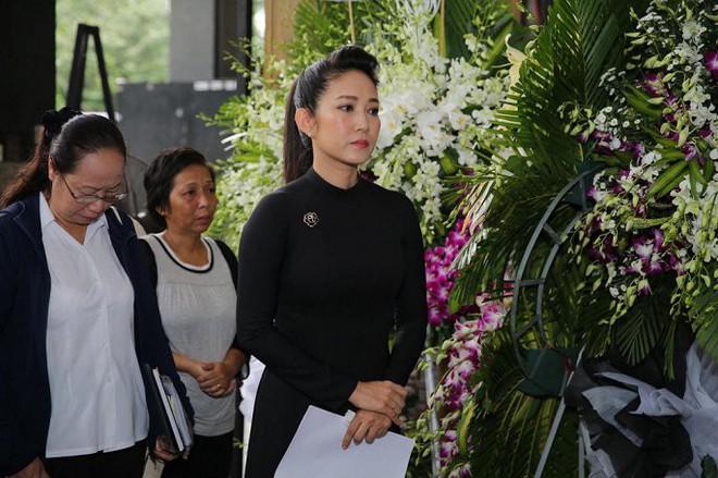 Vợ nghệ sĩ Thanh Hoàng ôm di ảnh chồng khóc ngất trong tang lễ - Ảnh 2.