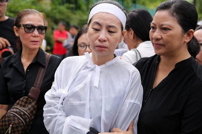Vợ nghệ sĩ Thanh Hoàng ôm di ảnh chồng khóc ngất trong tang lễ - Ảnh 11.