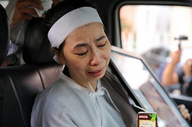 Vợ nghệ sĩ Thanh Hoàng ôm di ảnh chồng khóc ngất trong tang lễ - Ảnh 12.