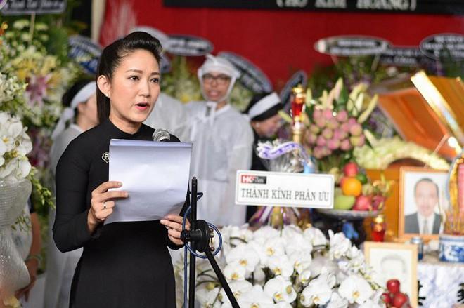 Vợ nghệ sĩ Thanh Hoàng ôm di ảnh chồng khóc ngất trong tang lễ - Ảnh 3.