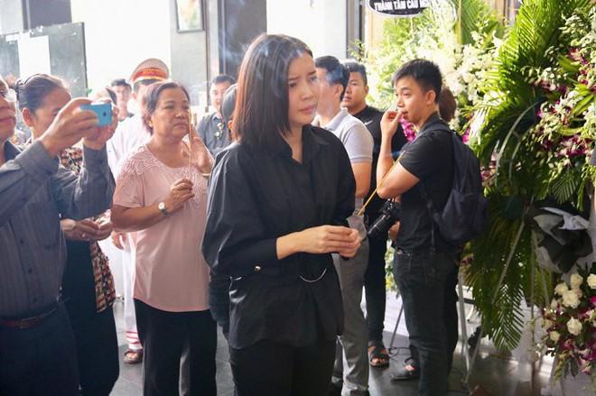 Vợ nghệ sĩ Thanh Hoàng ôm di ảnh chồng khóc ngất trong tang lễ - Ảnh 4.