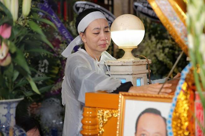 Vợ nghệ sĩ Thanh Hoàng ôm di ảnh chồng khóc ngất trong tang lễ - Ảnh 5.