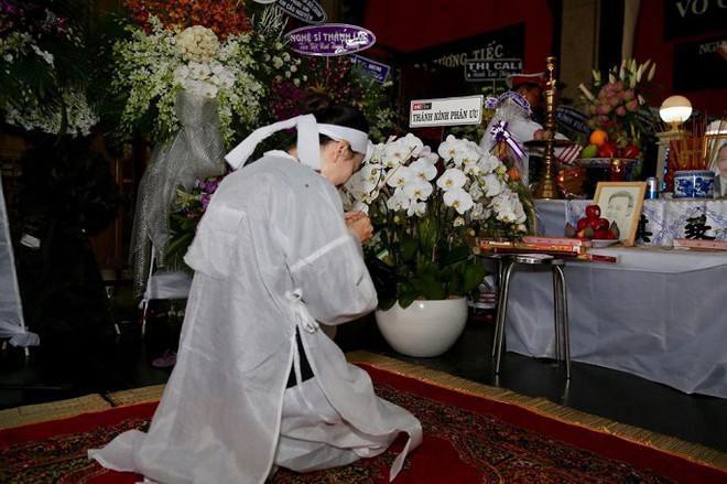 Vợ nghệ sĩ Thanh Hoàng ôm di ảnh chồng khóc ngất trong tang lễ - Ảnh 6.