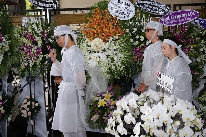 Vợ nghệ sĩ Thanh Hoàng ôm di ảnh chồng khóc ngất trong tang lễ - Ảnh 7.