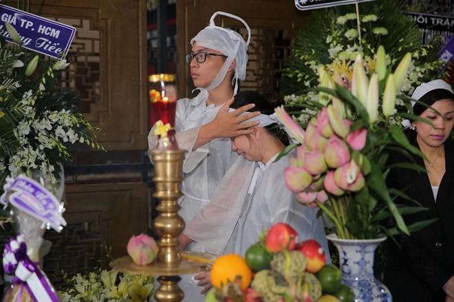 Vợ nghệ sĩ Thanh Hoàng ôm di ảnh chồng khóc ngất trong tang lễ - Ảnh 8.