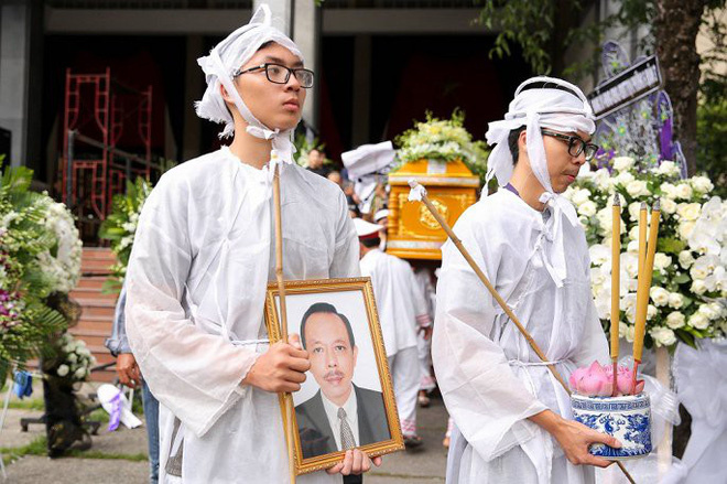 Vợ nghệ sĩ Thanh Hoàng ôm di ảnh chồng khóc ngất trong tang lễ - Ảnh 9.