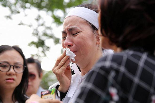 Vợ nghệ sĩ Thanh Hoàng ôm di ảnh chồng khóc ngất trong tang lễ - Ảnh 10.