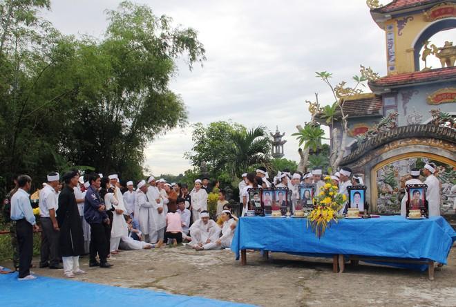 Vụ tai nạn thảm khốc 13 người chết: Áo tang trắng vùng quê nghèo miền Trung - Ảnh 2.