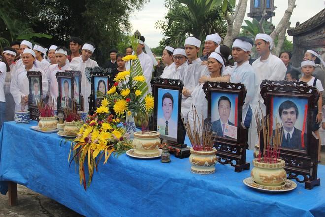 Vụ tai nạn thảm khốc 13 người chết: Áo tang trắng vùng quê nghèo miền Trung - Ảnh 4.
