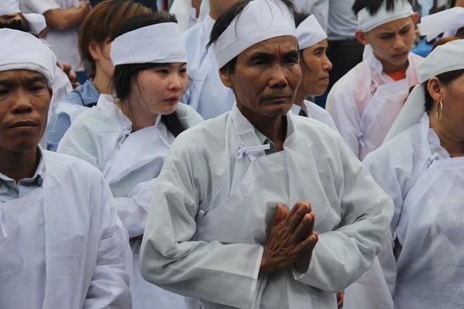 Vụ tai nạn thảm khốc 13 người chết: Áo tang trắng vùng quê nghèo miền Trung - Ảnh 5.