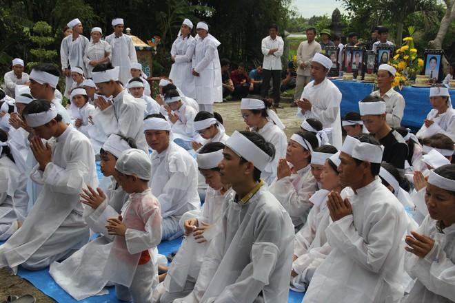 Vụ tai nạn thảm khốc 13 người chết: Áo tang trắng vùng quê nghèo miền Trung - Ảnh 3.