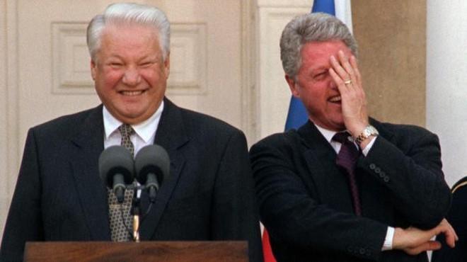 Mật vụ Mỹ ngỡ ngàng phát hiện Tổng thống Nga say khướt, mặc quần đùi, vẫy taxi trước Nhà Trắng - Ảnh 2.