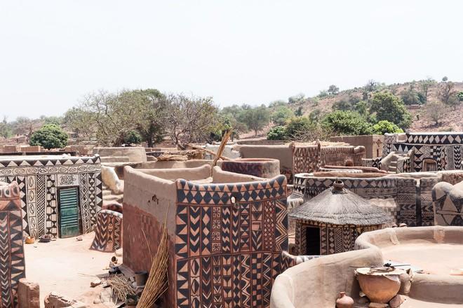 Tiébélé: Ngôi làng cổ được tạo nên từ phân bò, từng căn nhà đều là tác phẩm nghệ thuật tuyệt vời - Ảnh 1.