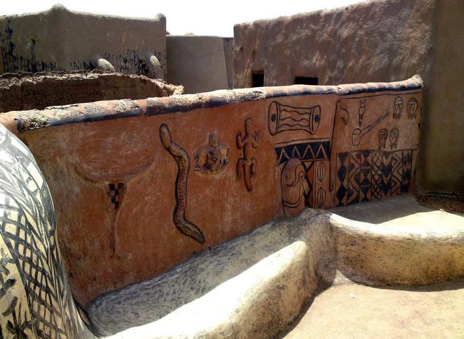 Tiébélé: Ngôi làng cổ được tạo nên từ phân bò, từng căn nhà đều là tác phẩm nghệ thuật tuyệt vời - Ảnh 2.