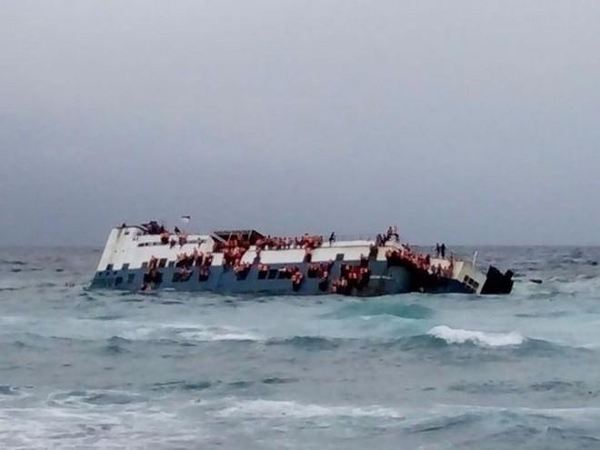 Chìm phà chở 139 người ngoài khơi Indonesia: Một người đàn ông livestream cảnh hoảng loạn trên phà - Ảnh 1.