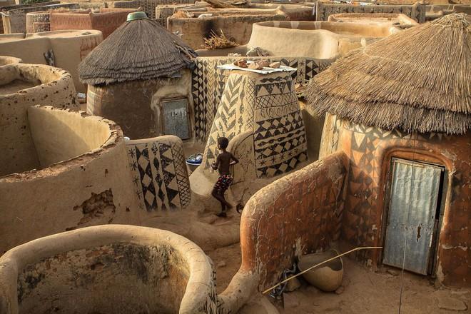 Tiébélé: Ngôi làng cổ được tạo nên từ phân bò, từng căn nhà đều là tác phẩm nghệ thuật tuyệt vời - Ảnh 14.
