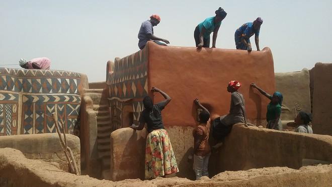 Tiébélé: Ngôi làng cổ được tạo nên từ phân bò, từng căn nhà đều là tác phẩm nghệ thuật tuyệt vời - Ảnh 8.