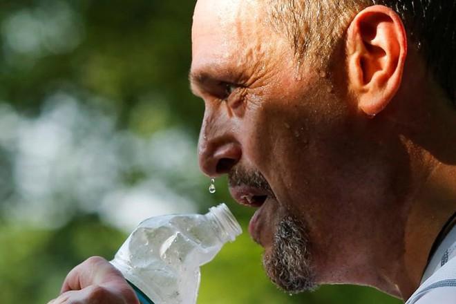 Muôn kiểu hạ nhiệt khi thời tiết nắng nóng gay gắt ở Mỹ - Ảnh 8.