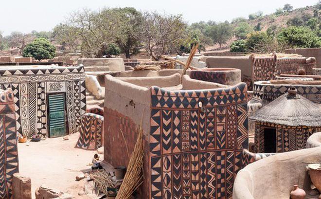 Tiébélé: Ngôi làng cổ được tạo nên từ phân bò, từng căn nhà đều là tác phẩm nghệ thuật tuyệt vời