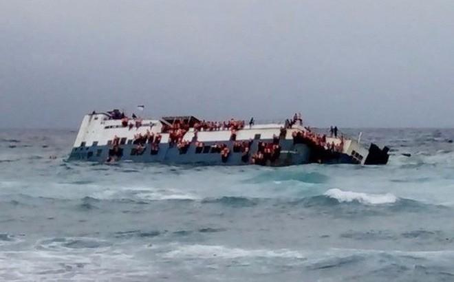 Chìm phà chở 139 người ngoài khơi Indonesia: Một người đàn ông livestream cảnh hoảng loạn trên phà