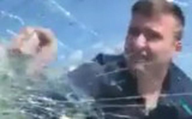 Video: Bị vợ cố tình đâm xe vào người, chồng tức giận đấm vỡ cửa kính ô tô