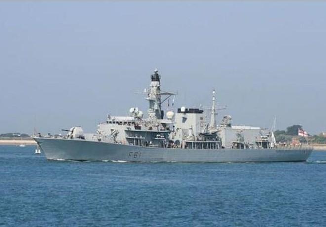 Tuần tra Biển Đông, chiến hạm Anh bị 16 tàu chiến Trung Quốc bao vây - Ảnh 2.