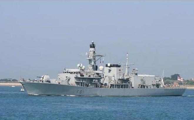 Tuần tra Biển Đông, chiến hạm Anh bị 16 tàu chiến Trung Quốc bao vây