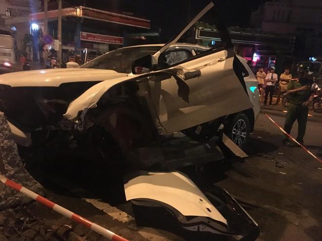 Dùng máy cắt phá đầu xe, cứu 2 người đàn ông Trung Quốc kẹt cứng trong xế hộp - Ảnh 2.