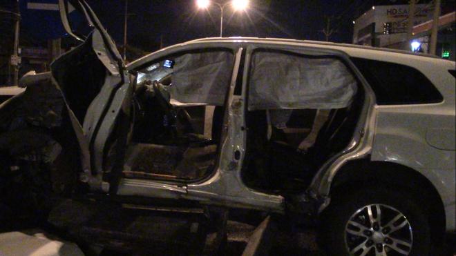 Dùng máy cắt phá đầu xe, cứu 2 người đàn ông Trung Quốc kẹt cứng trong xế hộp - Ảnh 3.