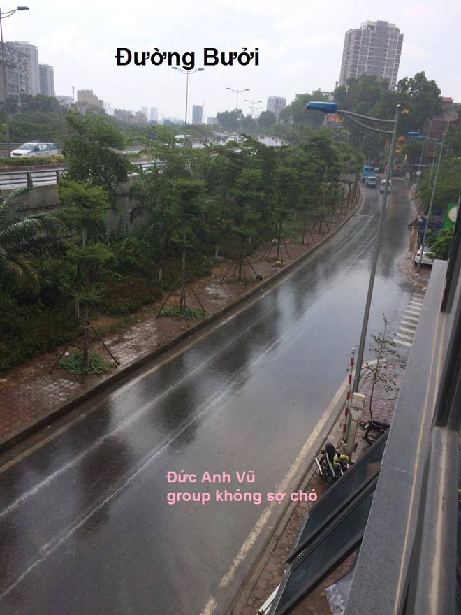 Xuất hiện 10 phút, hơn 1000 bình luận: Bức ảnh độc chỉ có trong cơn mưa Hà Nội chiều nay - Ảnh 9.