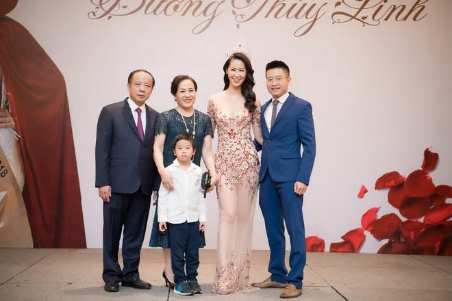 Dương Thuỳ Linh lộng lẫy xuất hiện sau khi đoạt giải Hoa hậu Phụ nữ toàn thế giới - Ảnh 2.