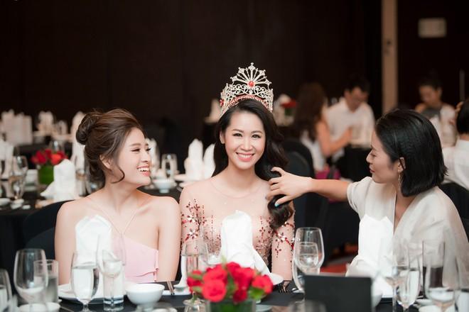 Dương Thuỳ Linh lộng lẫy xuất hiện sau khi đoạt giải Hoa hậu Phụ nữ toàn thế giới - Ảnh 16.