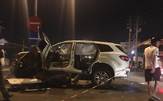 Dùng máy cắt phá đầu xe, cứu 2 người đàn ông Trung Quốc kẹt cứng trong xế hộp