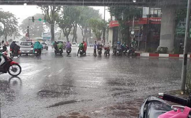 Người Hà Nội đứng giữa đường đón