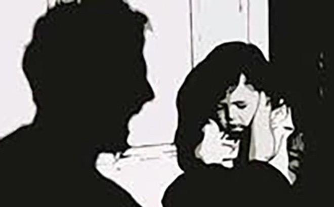 """Bị nam thanh niên kề dao hiếp dâm, bé gái 13 tuổi thoát nạn nhờ câu nói: """"Để về hỏi bố mẹ"""""""