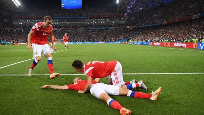 Ngẩng đầu rời World Cup trên chấm 11m, họ có thể dõng dạc 'Tôi, cầu thủ Nga' 1