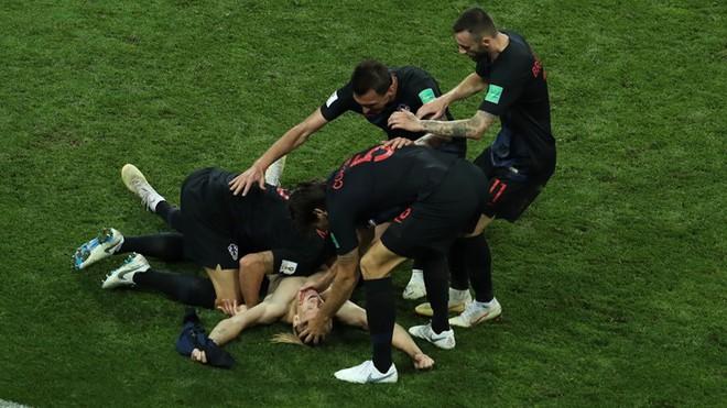 Ngẩng đầu rời World Cup trên chấm 11m, họ có thể dõng dạc 'Tôi, cầu thủ Nga' 10