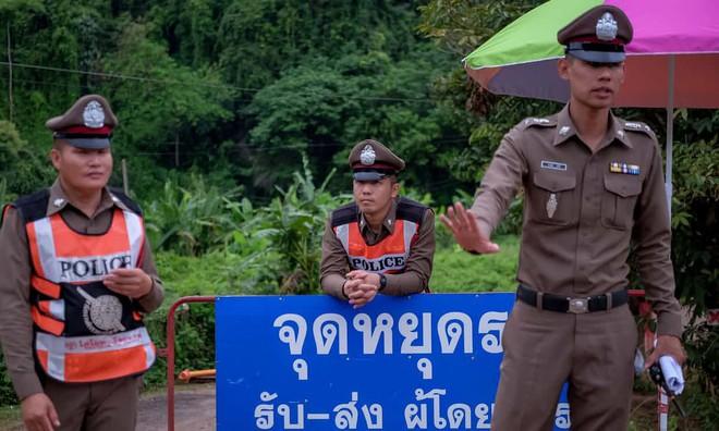 [LIVE] Chiến dịch giải cứu đội bóng Thái Lan chính thức bắt đầu: 18 thợ lặn siêu sao đang tiến vào hang Tham Luang - Ảnh 2.