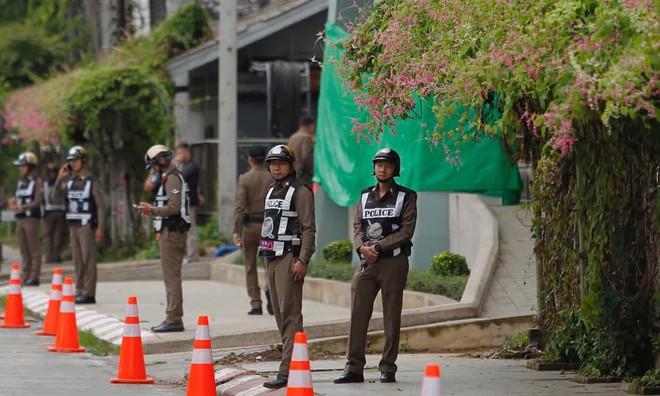 NÓNG: Hai thành viên đầu tiên của đội bóng nhí Thái Lan đã ra khỏi hang, sớm hơn dự kiến 2 giờ đồng hồ - Ảnh 1.