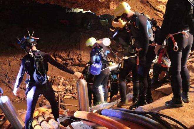 [LIVE] Nhóm đầu tiên chuẩn bị rời hang Tham Luang, trực thăng y tế sẵn sàng cất cánh - Ảnh 1.