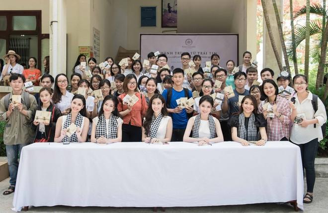 Thùy Dung – Lệ Hằng mướt mồ hôi bê sách tặng sinh viên Đà Nẵng - Ảnh 5.