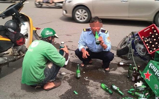Hành động khó hiểu của người đàn ông cạnh chiếc xe máy vừa gặp tai nạn