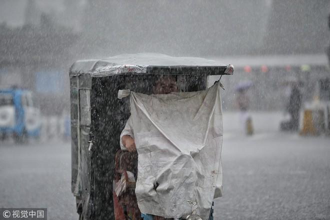 24h qua ảnh: Người dân Czech tránh nắng kỷ lục bằng máy xịt nước - Ảnh 3.