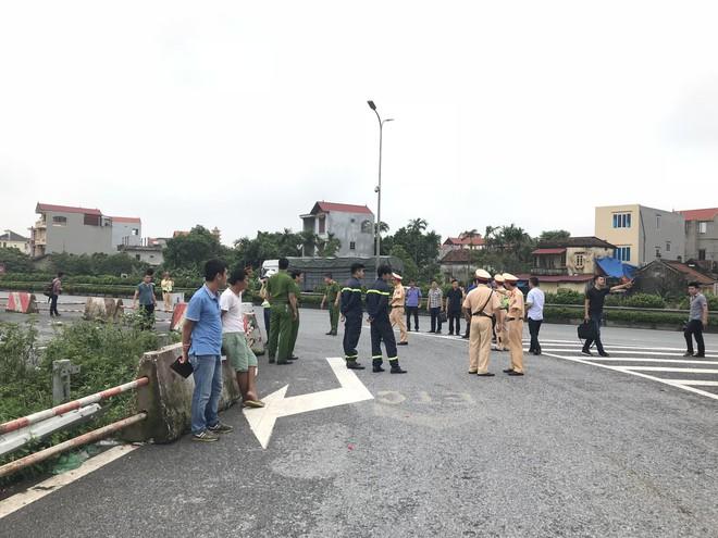 Dựng lại hiện trường vụ xe khách đâm xe cứu hoả khiến 1 chiến sỹ cảnh sát PCCC tử vong - Ảnh 3.