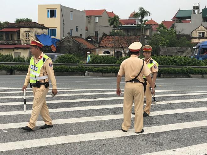 Dựng lại hiện trường vụ xe khách đâm xe cứu hoả khiến 1 chiến sỹ cảnh sát PCCC tử vong - Ảnh 2.