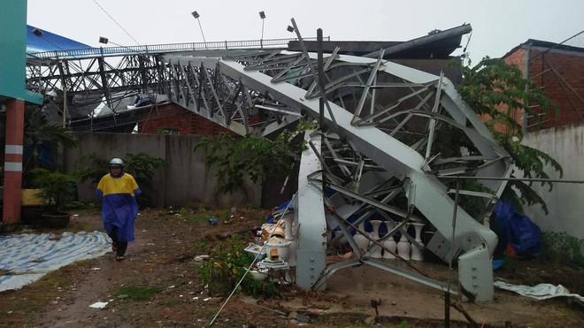 Bảng quảng cáo bất ngờ đổ sập trong mưa, đè chết người ở TP.HCM 2