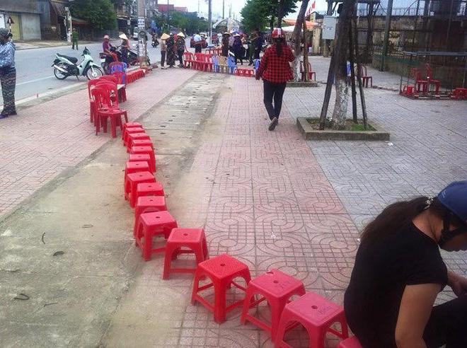 Xếp ghế, đặt gạch để giữ chỗ và lí do khiến nhiều người bật cười thích thú - ảnh 7
