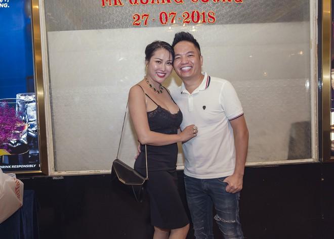 Phi Thanh Vân mặc sexy đến chúc mừng sinh nhật ông bầu Quang Cường - Ảnh 1.